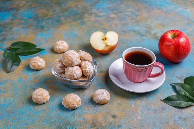 Вкусный традиционный русский пряник с яблоком, вид сверху