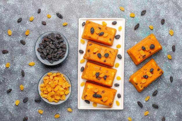 Вкусные домашние небольшие фруктовые пирожные, пирожные с изюмом, вид сверху