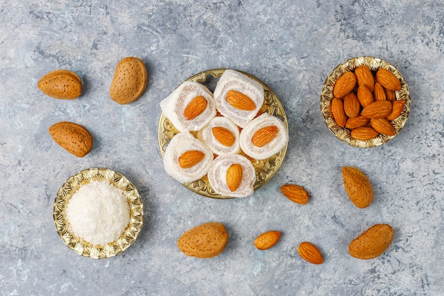 Восточные сладости. рахат-лукум, лукум с орехами, вид сверху.