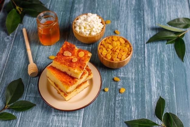 レーズンとセモリナ粉のカッテージチーズのキャセロール