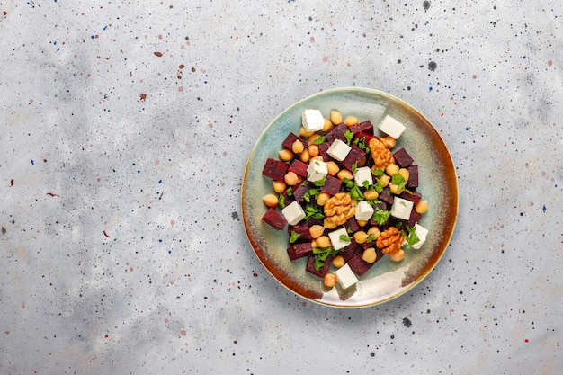 フェタチーズまたはヤギのチーズとひよこ豆、トップビューでおいしいビートサラダ