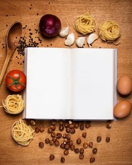 キッチン。料理本と食べ物