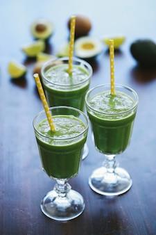 Зеленый коктейль в стакане