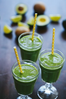 グラスの中の緑のスムージー