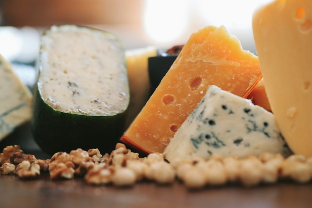 テーブルの上のおいしいチーズ
