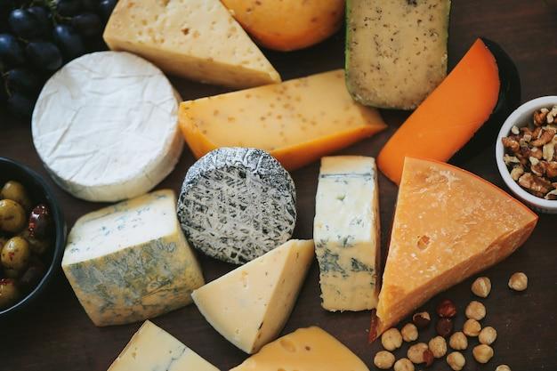 Вкусный сыр на столе