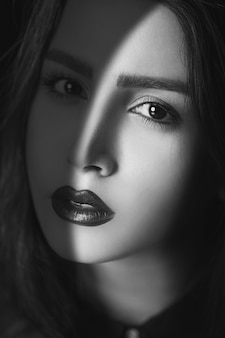 影の下で女性モデルの写真撮影