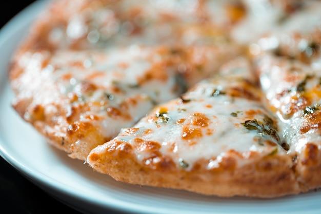 Пицца маргарита с сыром моцарелла и томатным соусом