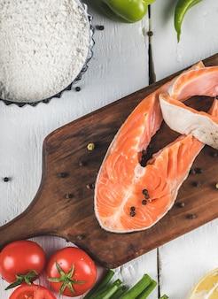 Ломтики лосося с зеленью и помидорами