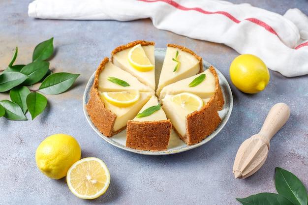 レモンとミント、健康的な有機デザート、トップビューで自家製ニューヨークチーズケーキ