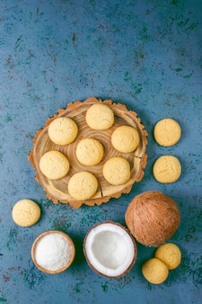 Здоровое веганское домашнее кокосовое печенье с половиной кокоса