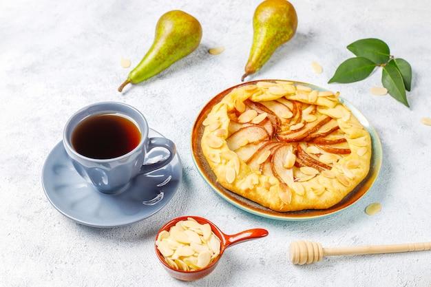 Домашний грушевый пирог с миндальными листьями и свежими спелыми зелеными грушами