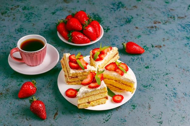 クリームと新鮮なイチゴのおいしい自家製いちごケーキスライス