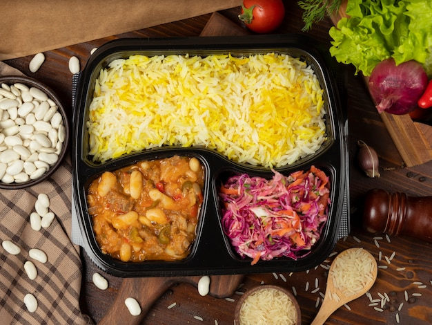 ポテトと栗のトマトソースのライスガーニッシュとキャベツのにんじんサラダのテイクアウト