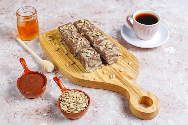 Вкусная мраморная халва с семечками, какао-порошком и медом
