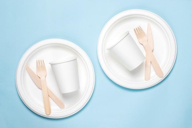 竹の木と青の紙で作られた環境にやさしい使い捨て食器