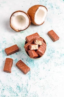 Сырой домашний веганский шоколадно-кокосовый десерт
