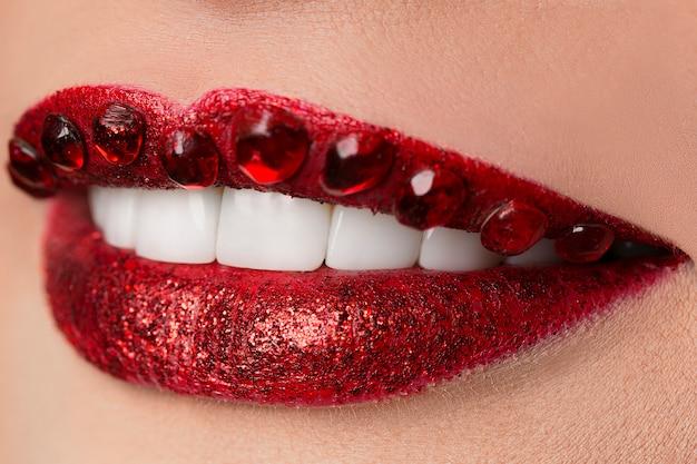 輝くダイヤモンドの豪華な赤い唇、宝石、クリスタル、ファッション