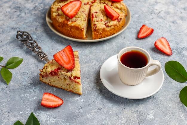 Вкусный домашний клубничный крошится торт со свежими кусочками клубники, вид сверху