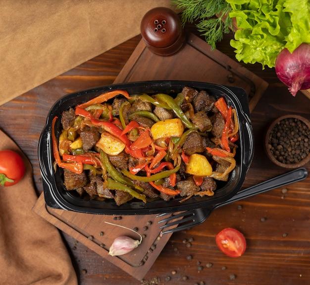 牛肉のフライパン焼きそば、グリルポテトとピーマンのバーベキュー