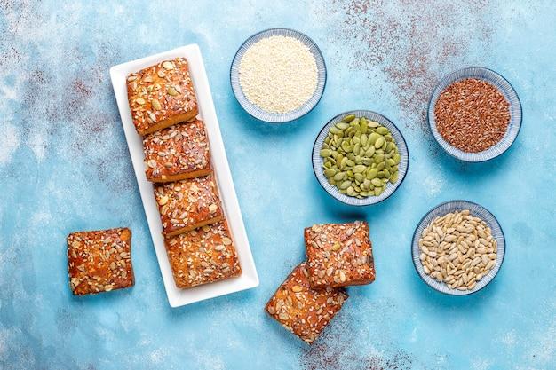 Домашнее хрустящее печенье с кунжутом, овсяной мукой, тыквой и семечками. здоровая закуска, крекеры из семян