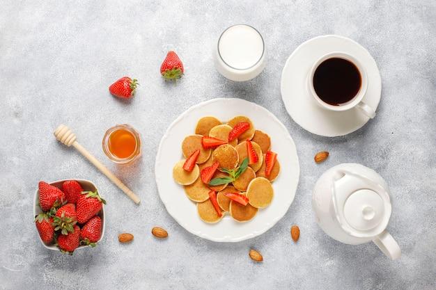 Модная еда - мини блинная каша. куча зерновых блинов с ягодами