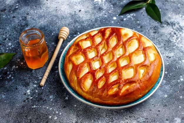 Вкусный домашний пирог с творогом и свежим творогом и медом, вид сверху