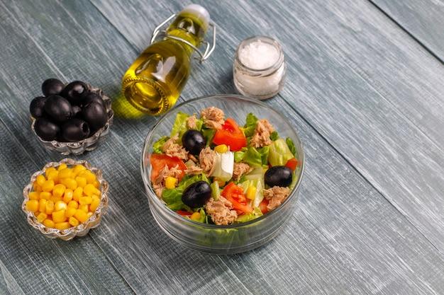 マグロのサラダ、レタス、オリーブ、トウモロコシ、トマト、トップビュー