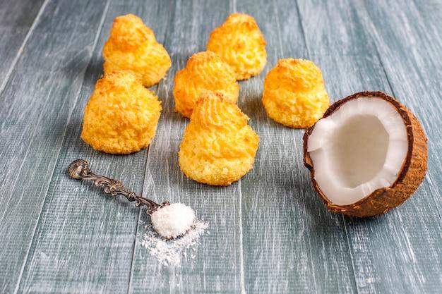 新鮮なココナッツ、トップビューでおいしい自家製ココナッツマカロン