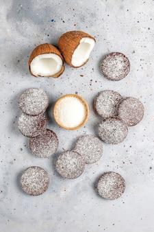Вкусное шоколадное и кокосовое печенье с кокосом, вид сверху