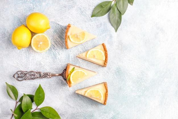 レモンとミントの自家製ニューヨークチーズケーキ、健康的な有機デザート、トップビュー