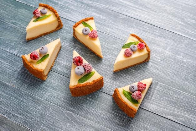 冷凍ベリーとミント、健康的な有機デザート、トップビューで自家製ニューヨークチーズケーキ