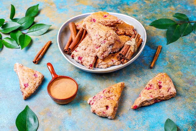 冷凍ラズベリーとシナモン、トップビューで伝統的な自家製イングリッシュスコーン