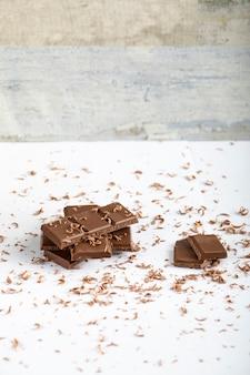 Кусочек горького шоколада на столе