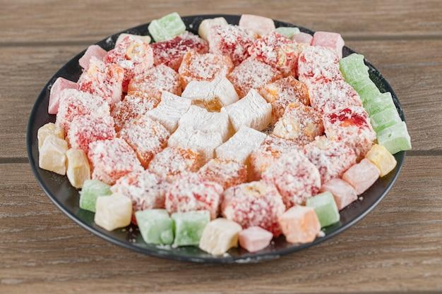 Разноцветные лукумовые конфеты на деревянном столе
