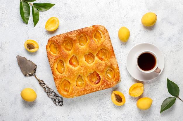 夏のアプリコットパイの自家製おいしいフルーツデザート。アプリコットタルト。フルーツパイ。