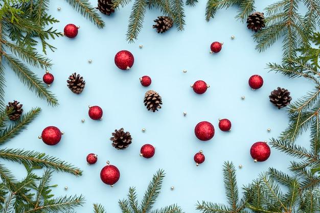 クリスマスや新年の冬の組成-おもちゃ、スプルースのモミの枝、松ぼっくり、クリスマスの装飾品。