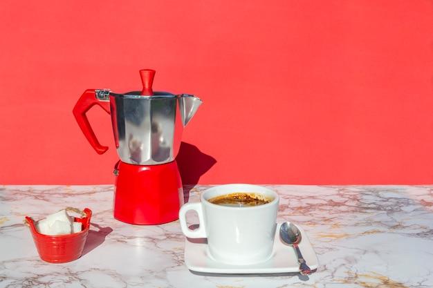 イタリアのコーヒーメーカー、温かい飲み物のカップとソーサー
