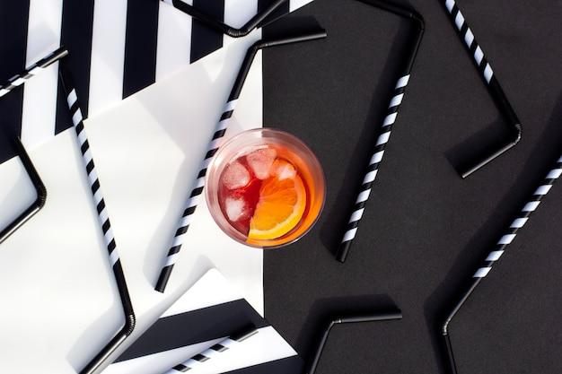 ストローでストライプテーブルにソーダ飲み物とさわやかな冷たいカクテルのグラス
