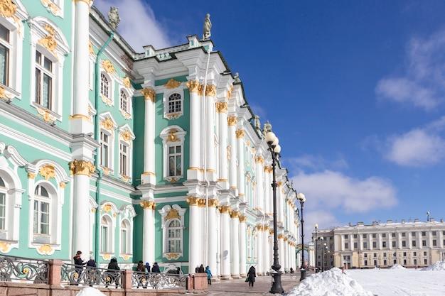 Зимний дворец здание эрмитажа на дворцовой площади в морозный снег зимний день в санкт-петербурге, россия