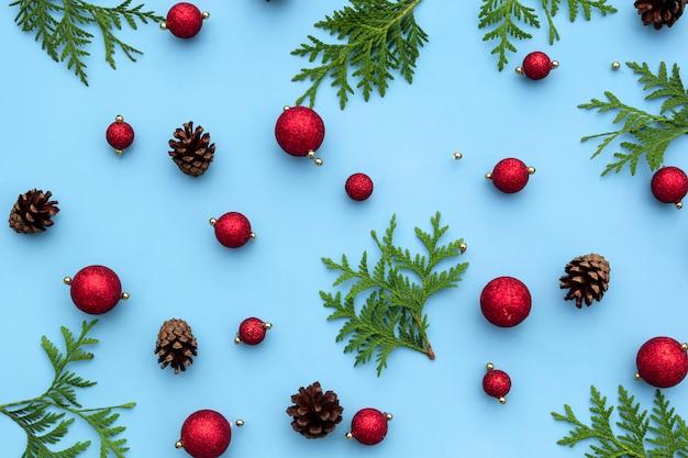 Новогодние украшения с листьями и сосновыми шишками