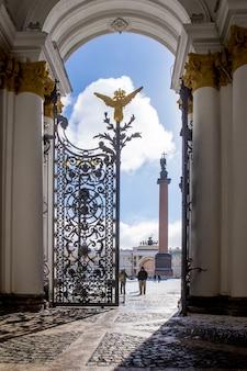 ロシア、サンクトペテルブルクのエルミタージュ美術館のアーチからアレクサンドリアの列を持つ宮殿広場の眺め