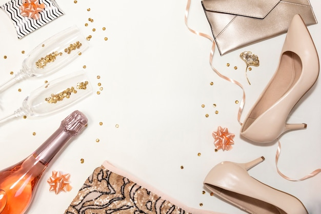 パーティーのための女性のアクセサリー:靴、メガネ、服、白い背景の上の贈り物。