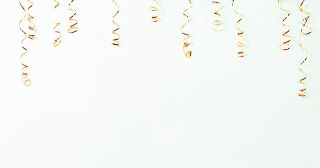 Золотой серпантин на светлом фоне