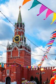 赤の広場、モスクワ、ロシアの中心街のスパスキータワーとモスクワクレムリン