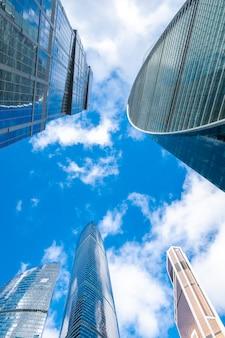 Высотные зеркальные башни современных офисных зданий бизнес-центра москва-сити, россия