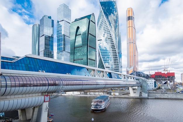 Небоскребы современной архитектуры, офисное здание, стиль хай-тек города москвы, россия