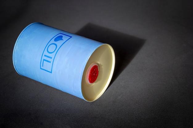 Металлическая бочка с маслом с текстом нефть