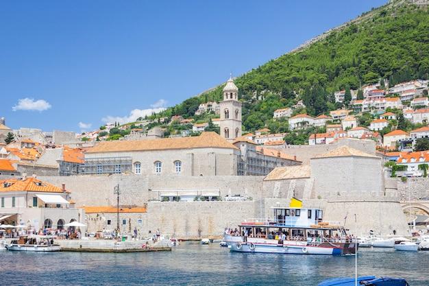Взгляд от моря старых городка и гавани с яхтами и шлюпками, дубровником, хорватией.