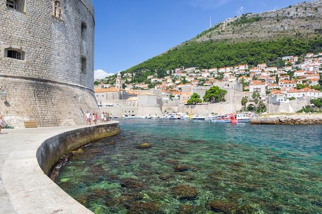 Панорама дубровника - старый город и гавань с яхтами и катерами, дубровник, хорватия.